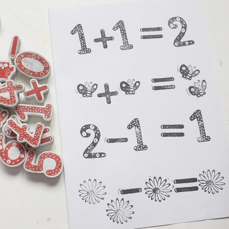 vymyslíme matematické příklady a narazítkujeme je na čtvrtku