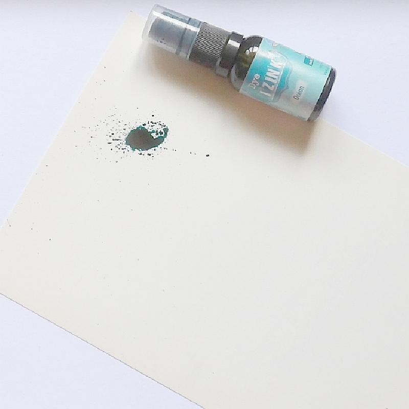 Stříkání inkoustu na bílou čtvrtku