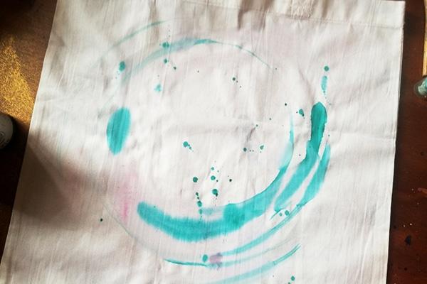 malování kruhu tyrkysovou barvou