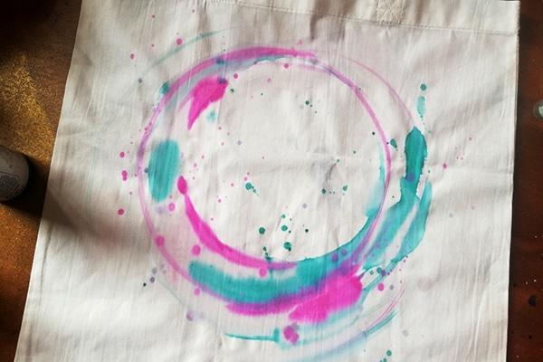 malování kruhu barvou magenta
