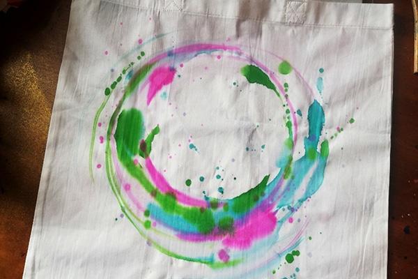 malování kruhu zelenou barvou a stříkání kapek.