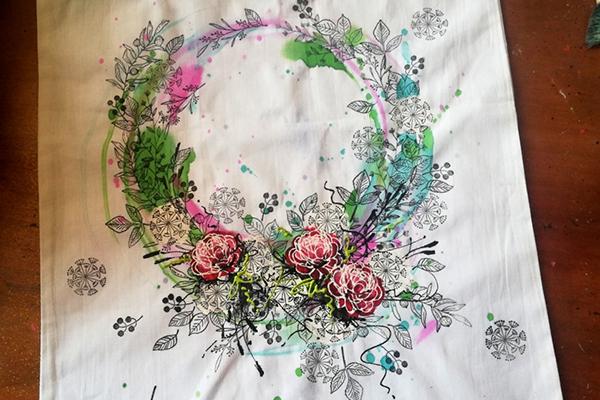 jarní květinový věnec na tašce