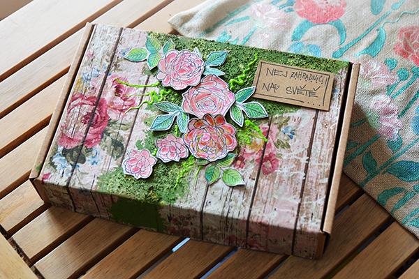 Romantická krabička s mechem a růžemi