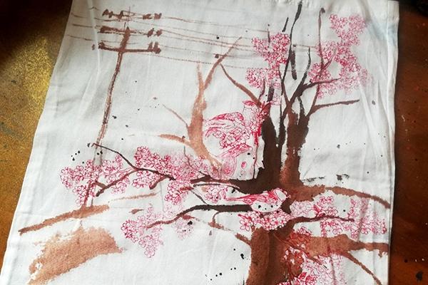 Štětcem a hnědou barvou nakreslíme strom a el. sloup v pozadí.