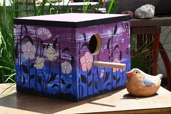 Ptačí budka malovaná křídovými barvami a duo šablonou.