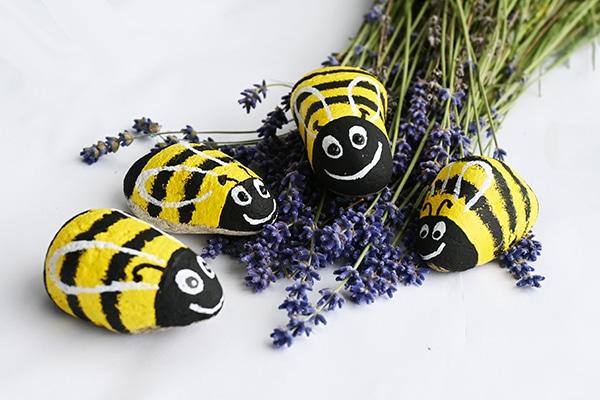 včelky malované akrylovými barvami a fixou