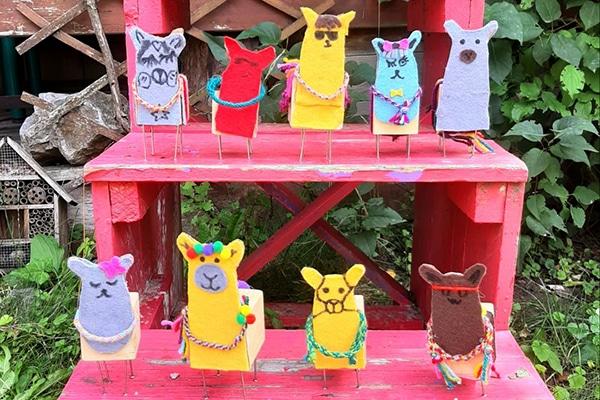 Lamy vyrobené z filcu a dřevěných kostek.
