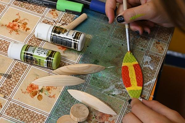 Malování akrylovými barvami.